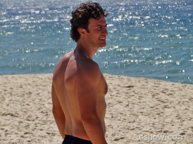 Gabriel Braga Nunes grava na praia (Foto: Em Família / TV Globo)