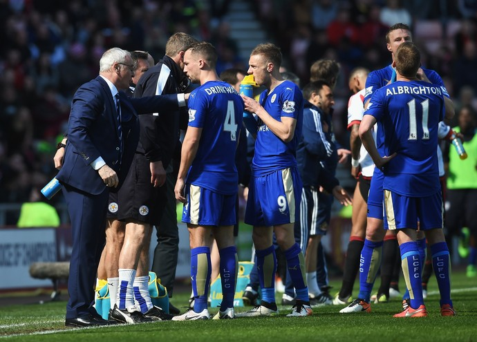 Ranieri conversa com Drinkwater e Jamie Vardy durante o jogo (Foto: Michael Regan/Getty Images)