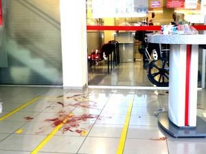 Marcas de sangue no interior do Banco Bradesco em Piracicaba (Foto: Claudia Assencio/ G1)