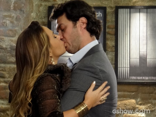 Laerte e Shirley se beijam (Foto: Em Família / TV Globo)