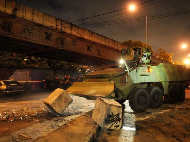 Veículo militar retira blocos de concreto para liberar ocupação de comunidades no Rio de Janeiro. (Foto: Alexandre Durão/G1)