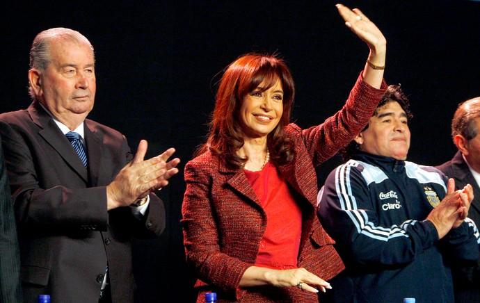 Julio Grondona presidente da AFA com Cristina Kirchner  e Maradona (Foto: Reuters)