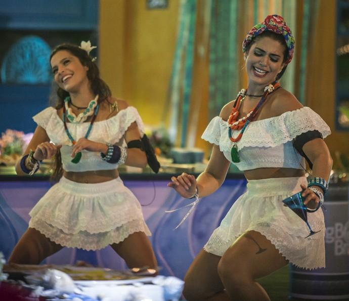 Emilly e Vivian arrasam nas coreografias na pista de dança (Foto: Artur Meninea/Gshow)
