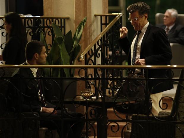 Téo reconhece Maurílio pela gravata roxa  (Foto: Inácio Moraes/Gshow)