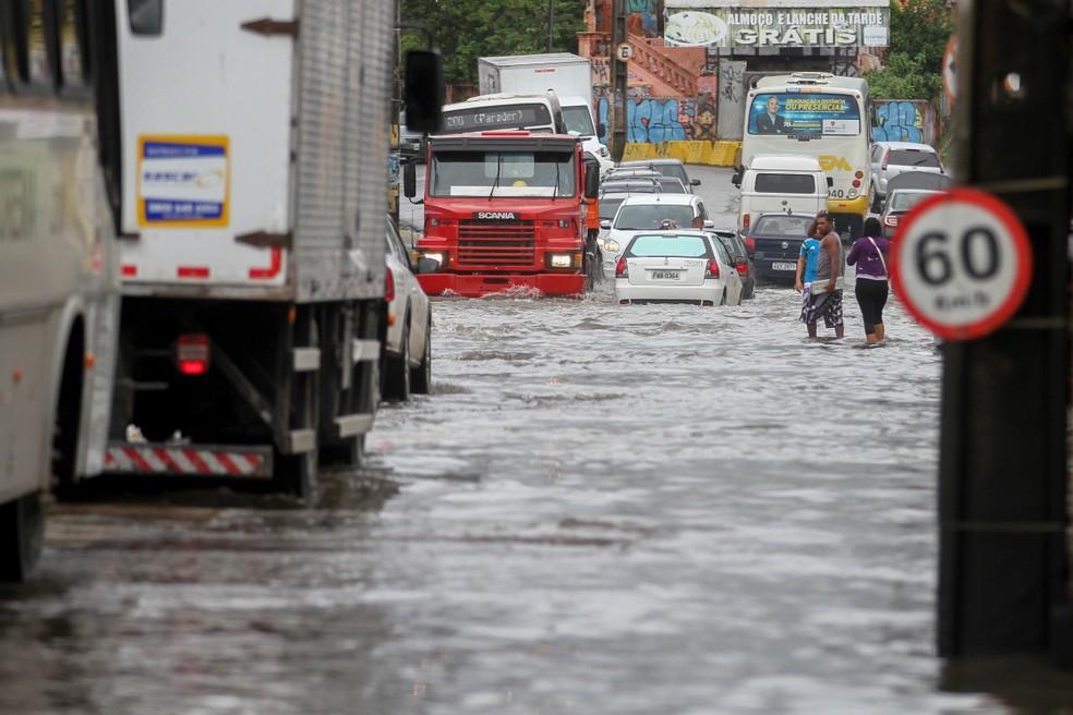 Na Zona Oeste do Recife, chuvas desta quarta-feira (31) causaram transtornos para população (Foto: Marlon Costa/Pernambuco Press)