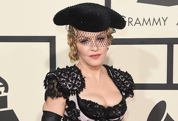 Em 2009, uma ex-babá de David Banda, o menino do Malaui adotado por Madonna, contou a uma emissora de TV australiana que tinha de ficar à disposição da popstar 24 horas por dia, que não havia nenhuma televisão na casa e que todos eram obrigados a seguir dieta macrobiótica. Depois, ao se lembrar da cláusula de confidencialidade de seu contrato de trabalho com a cantora, a babá fechou o bico. Além disso, três anos depois, um assistente de Madonna disse a uma revista de fofoca que ela o obrigava a lhe buscar água seis vezes por noite, e que lhe pagava só metade da média salarial de um empregado como ele. (Foto: Getty Images)