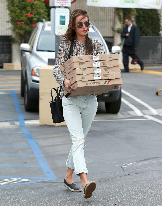 Alessandra Ambrosio pizza 4 (Foto: The Grosby Group )