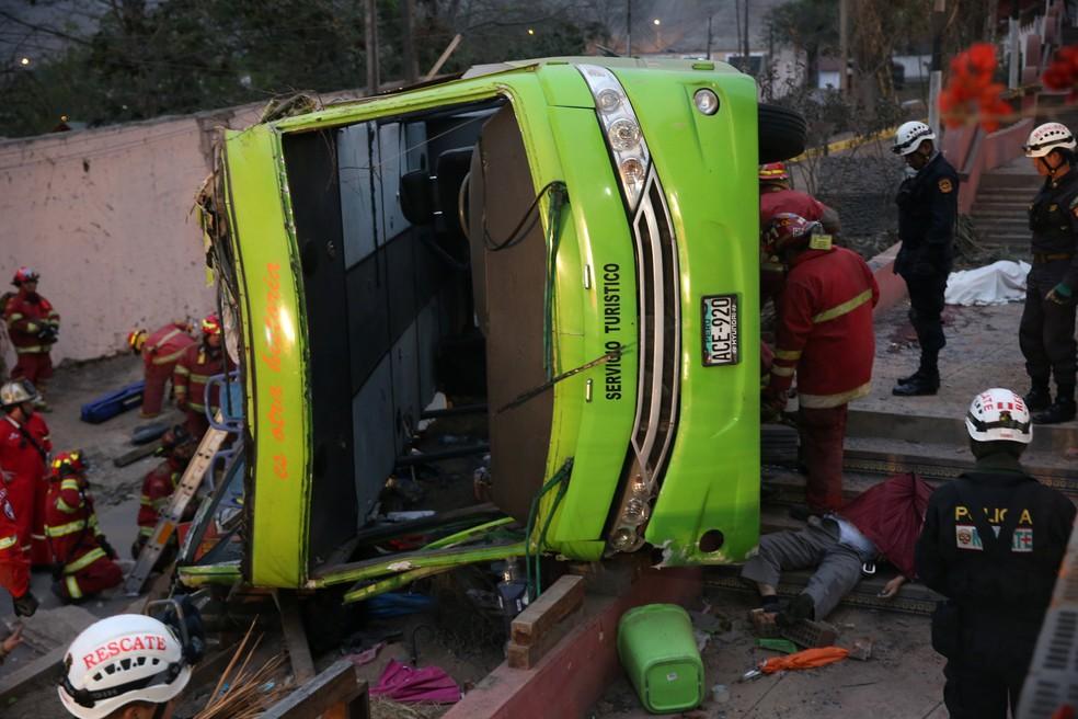 Acidente com ônibus de turismo mata 7 pessoas em Lima, no Peru (Foto: Oscar Farje/Agencia Andina Handout via REUTERS)