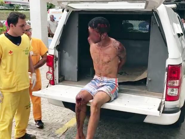 Suspeito foi encaminhado para hospital após ser preso e espancado em João Pessoa, neste sábado (11) (Foto: Walter Paparazzo/G1)