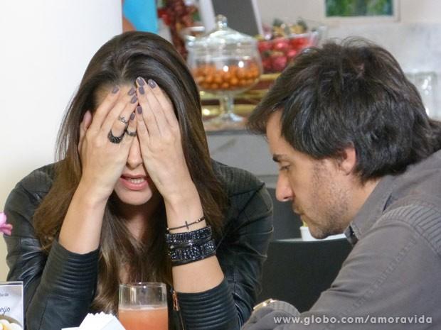 Leila e Thales se desesperam com a mudança do testamento (Foto: Amor à Vida)