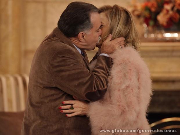 É o amor! Otávio e Charlô se beijam apaixonadamente (Foto: Guerra dos Sexos / TV Globo)