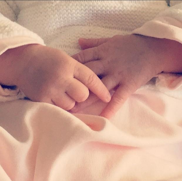 Francisca Pinto mostra as mãos da filha (Foto: Reprodução/Instagram)