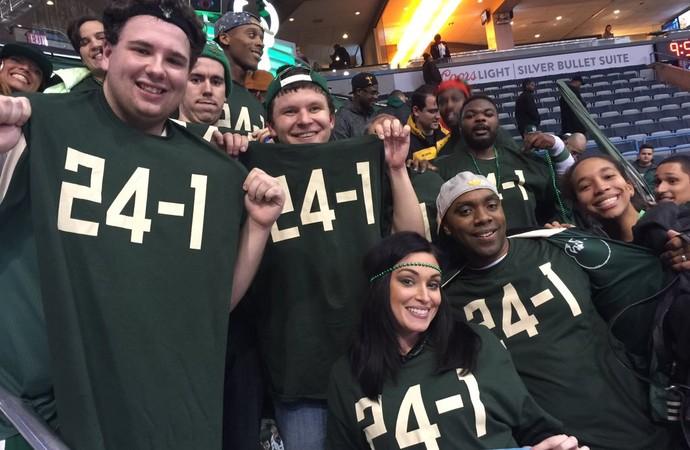 """Torcedores do Bucks posam com a camisa """"24-1"""" (Foto: Reprodução/Twitter Milwaukee Bucks)"""