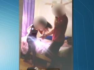 A irmã mais velha gravou um vídeo da caçula sendo agredida pelo padastro (Foto: Reprodução/TV Gazeta)