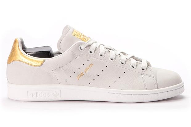 bdc6851e9a1b3 Este Adidas de ouro eleva a categoria dos tênis básicos a um outro ...