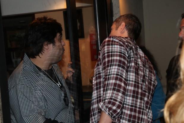 Reynaldo Gianecchini na entrada do teatro (Foto: Claudio Andrade/Fotorio News)
