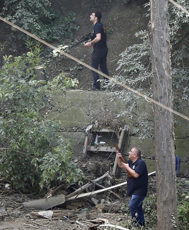Policiais armados buscam tigre branco que matou homem na Georgia nsta quarta-feira (17) (Foto: David Mdzinarishvili/Reuters)