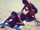Thammy Miranda passa protetor solar no bumbum da namorada