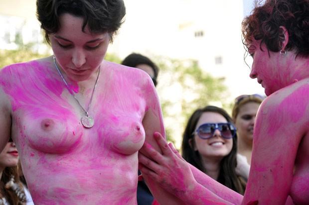 Performance com pessoas nuas na Praça Roosevelt (Foto: Cris Faga/Estadão Conteúdo)