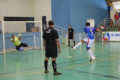Cobrança de tiros livres na decisão da Copa dos Campeões de futsal 2014 (Foto: TV Morena)