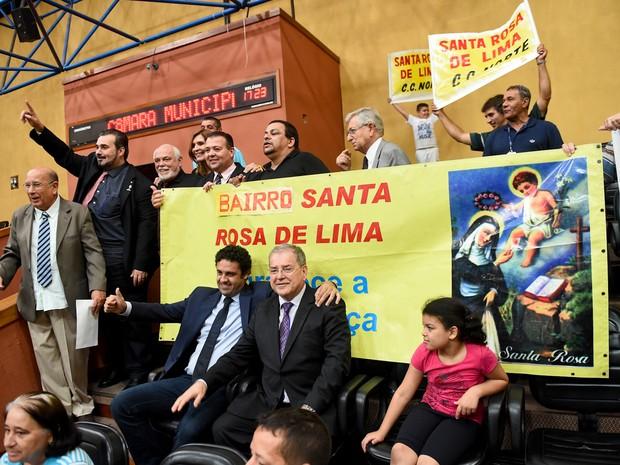 Vereadores e moradores celebram a aprovação do projeto da Prefeitura de Porto Alegre (Foto: Reprodução/RBS TV)