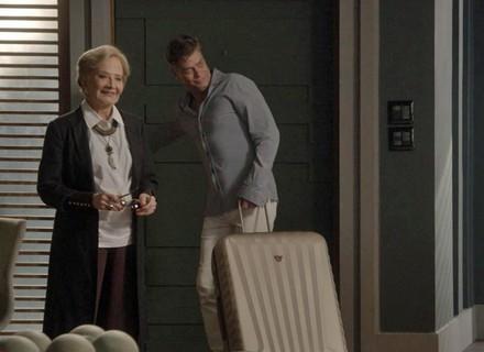 Au revoir, Stelinha! Arthur manda a mãe de volta para Paris