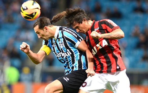 Barcos e João Paulo Grêmio e Atlético-pr (Foto: Edu Andrade / Agência estado)