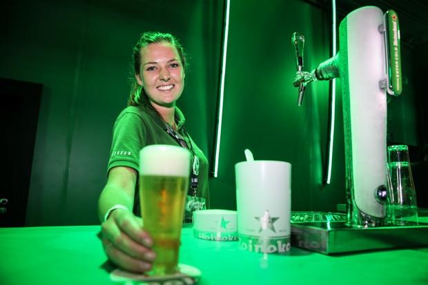 Brenda veio da Holanda, onde aprendeu a servir o 'chope perfeito', para servir a bebida no Rock in Rio (Foto: Fábio Tito/G1)