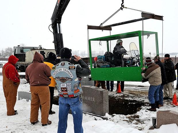 Filhos construíram caixão para Harley-Davidson (Foto: AP)