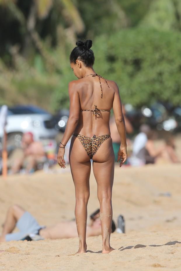 Jada Pinkett-Smith curte praia no Havaí (Foto: Grosby Group)