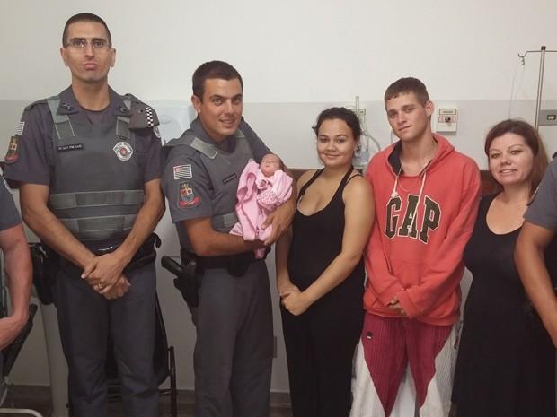 Pais agradeceram PMs após salvamento de recém-nascida (Foto: Divulgação/Polícia Militar de Tatuí)