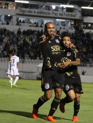Roger gol Ponte x Atlético-MG (Foto: Agência Estado)