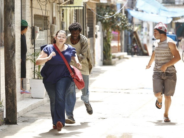 Bia tenta fugir da polícia após negociar com traficantes (Foto: Raphael Dias/ Gshow)