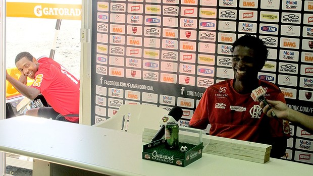Renato interrompe coletiva de Luiz Antonio no Flamengo (Foto: Richard Souza / Globoesporte.com)
