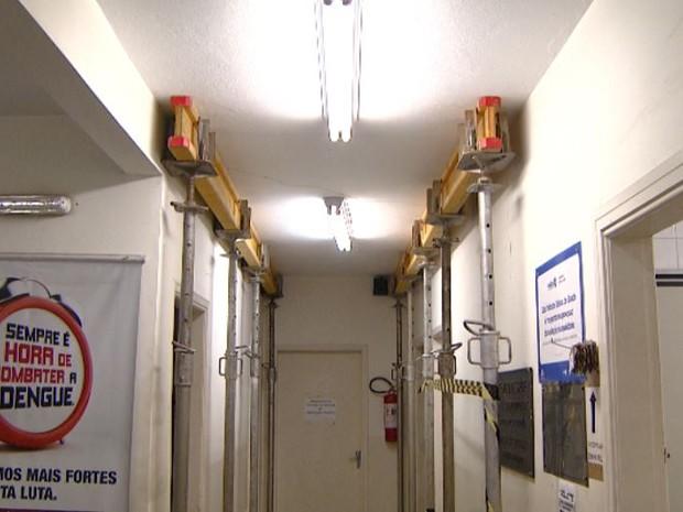 Vigas sustentam paredes com rachaduras em posto de saúde em Campinas (SP) (Foto: Reprodução/EPTV)