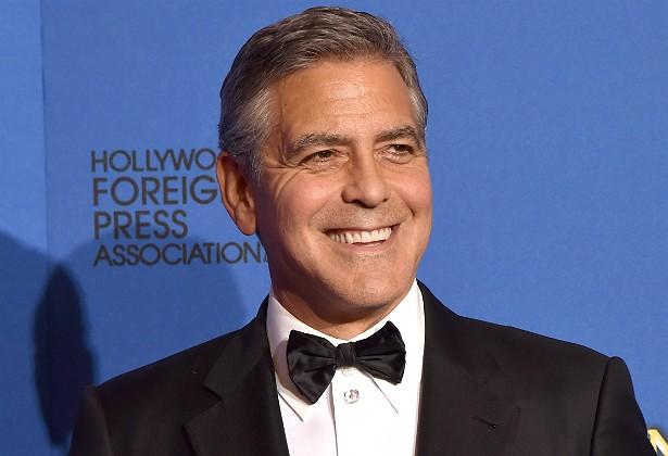 """O amigo de um empregado de George Clooney revelou que o astro fabrica seus próprios licores em casa, e faz isso com muito esmero! Em compensação, mais recentemente, veio à tona a história de que o ator seria um """"porco nojento"""" que solta puns e arrotos pela casa, na frente dos empregados. Eca. (Foto: Getty Images)"""
