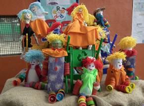 Crianças do projeto aprendem a fazer brinquedos e bonecos com material reciclado (Foto: Divulgação)