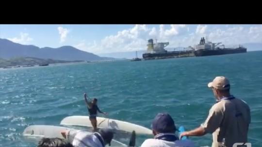 Veleiro tomba e homem é resgatado por balsa em São Sebastião; veja