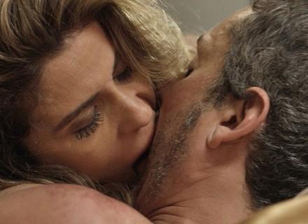 Romero vai para cama com Atena e fica frio com Tóia
