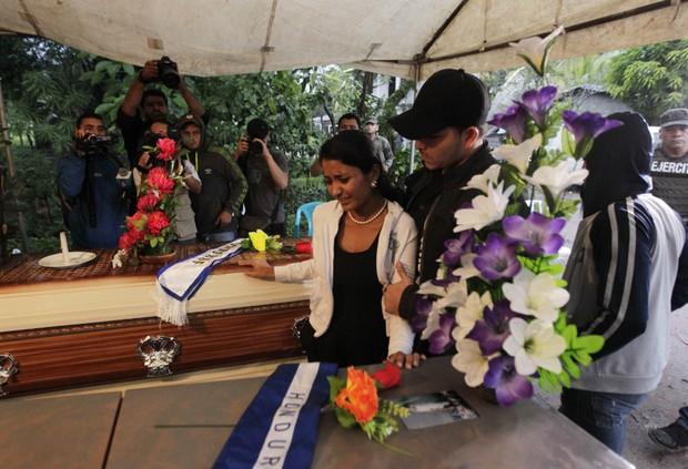 Corina Alvarado no velório das irmãs (Foto: REUTERS)