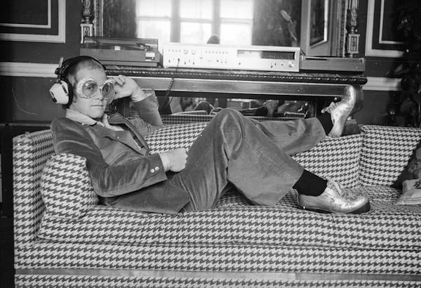 O cantor Elton John em foto de 1974 (Foto: Getty Images)