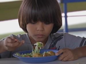 Mudanças adaptaram o cardápio aos hábitos alimentares dos índios  (Foto: Reprodução / TV TEM)