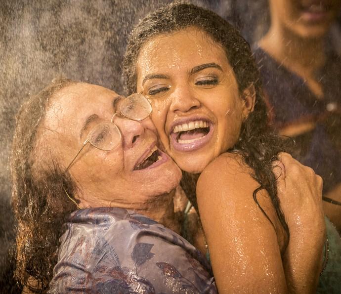 Zezita Matos e Rayza Alcântara se abraçam durante a última gravação (Foto: Felipe Monteiro/Gshow)