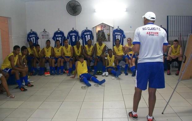 Técnico Buião passa isntruçõe spara o elenco Sub-20 do Rio Claro (Foto: Assessoria Rio Claro)
