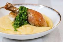 Receita da Rita Lobo: frango assado com polenta mole e pesto brasileiro