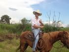 Depois de acidente, ex-BBB Fael volta a andar a cavalo