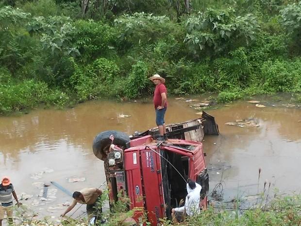 Caminhão caiu dentro do Rio Branco (Foto: Arquivo Pessoal)