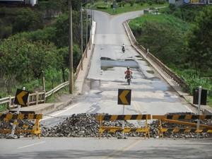 Motoqueiros e pedestres continuam atravessando a ponte mesmo depois de interditada (Foto: Patrícia Belo)