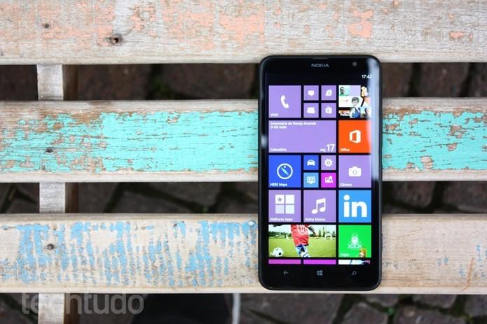 Lumia 1320 é uma versão mais econômica do 1520 (Foto: TechTudo)