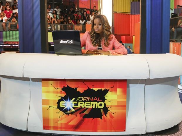 Roberta Rodrigues como apresentadora do 'Jornal Extremo' (Foto: Globo/Paulo Belote)